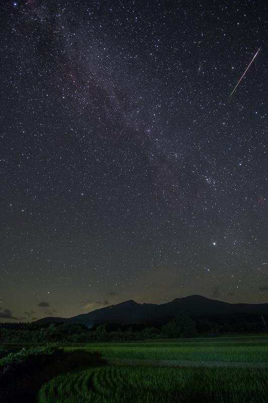 鳥海山と北の星空B.jpg